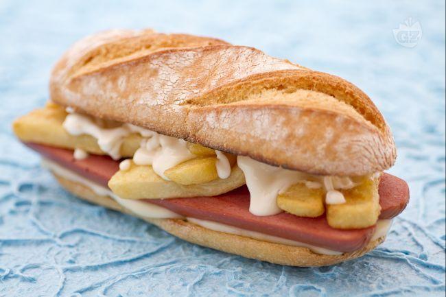 Il panino wurstel e patatine è una golosa alternativa al classico hotdog, un sandwich davvero veloce da preparare che farà felici ragazzi e bambini!