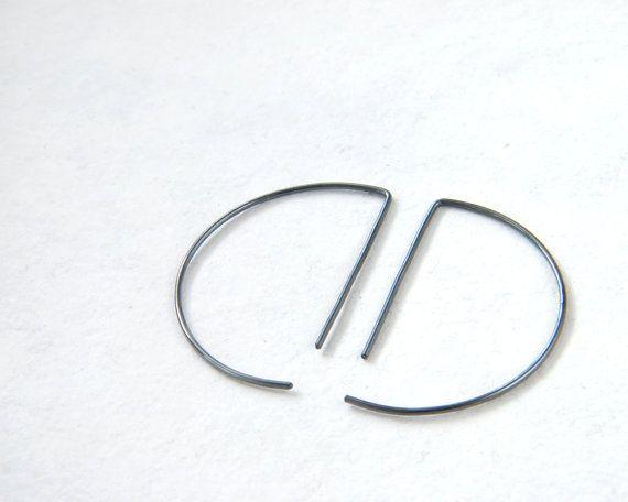 Questi orecchini a cerchio in mezzo tagliente sono in argento sterling. Perfetto per il vostro abbigliamento casual e grande come un regalo alla moda per le ragazze che amano il look minimalista semplice. Ispirato da forme geometriche semplici. Si prega di scegliere tra scuro ossidato argento e brillante finitura argento.  La lunghezza è di 30 mm - 13⁄16in e lo spessore del filo è di circa 0,8 mm - 01⁄32in. Se desideri unaltra lunghezza o metà cerchio, si prega di scrivere a me!  Questo…