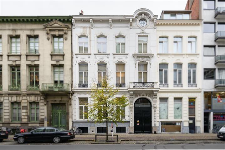 Te koop - Huis 4 slaapkamer(s)  - bewoonbare oppervlakte: 743 m2  - Uitzonderlijke meesterwoning met tuin en parkeergelegenheid op een centrale ligging op wandelafstand van de gezellige Leopoldstraat.    Indeling:  Via  - beveiligde toegang (alarm) - bouwjaar: 1895-01-01 00:00:00.0 - dubbel glas 4 bad(en) -   2 gevel(s) -   - eetkamer - oppervlakte kelder: 168 m2