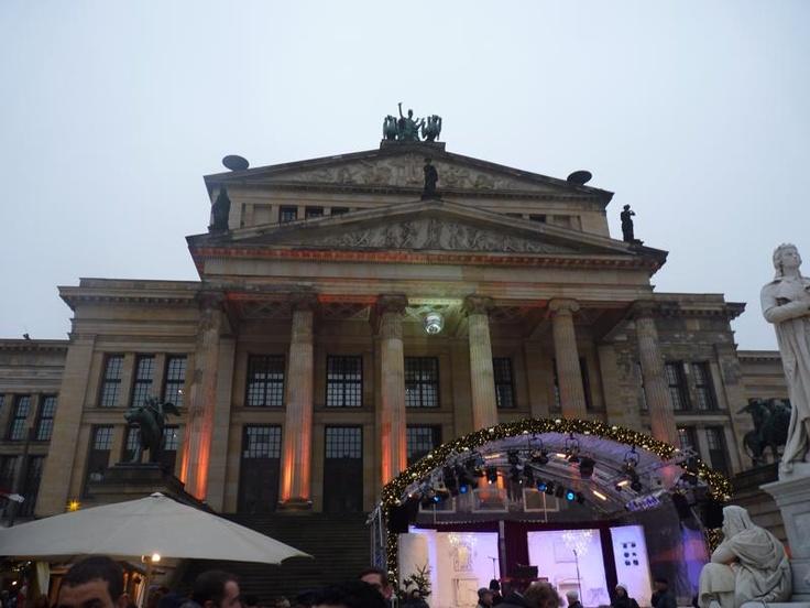 ARCHITECTUUR - Het Konzerthaus Berlin wordt bestempeld als het Königliches Schauspielhaus. Ter gelegenheid wordt het concertgebouw thematisch verlicht.