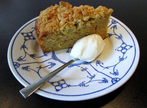 Een superlekkere en makkelijke variatie op de rabarberkruimeltaart: een rabarberkruimelcake! Best of both worlds,