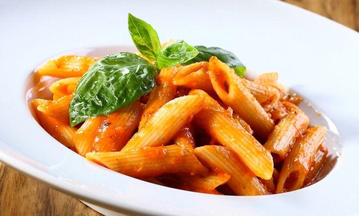En god tomatsås med viss hetta. Fungerar lika bra som vegetarisk rätt serverad med pasta som tillsammans med fisk eller kött.