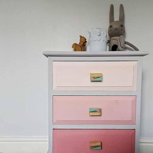 So my little girl decided 3am was an appropriate bedtime and I'm shattered. On the bright side, the kiddy room at my mums house is looking all kinds of cute. Do you like the pink ombre drawers I painted?