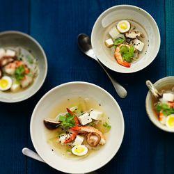 Recept voor Dashi bouillon met koolrabi, garnaal en shiitake. Lees meer op ZTRDG.nl.