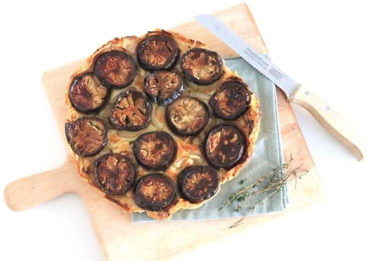Klassieke tarte tatin wordt vaak gemaakt met appels of perziken, maar wij kiezen nu voor een aubergine tarte tatin met honing-balsamicokaramel. Doordat de taart