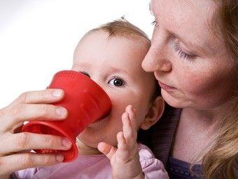 Unser CamoCup® - Speziell für Säuglinge, Kinder und Erwachsene mit Saug-, Trink- und Schluckstörungen entwickelt, um ihre sensomotorischen Fähigkeiten optimal zu fördern. Darüber hinaus ist er als Trink(lern)becher für alle Kinder geeignet und unterstützt das Trinken lernen optimal.   Hebammen empfehlen den CamoCup® auch gerne bei gestillten Kindern als Alternative zum Fläschchen, wenn abgepumpte Milch verabreicht wird.  #Hoppediz #AusLiebezuDir #CamoCup #Trinklernbecher