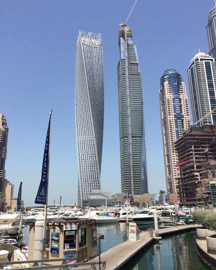 Em Dubai Marina um dos prédios famosos da cidade torcido em 90 graus.