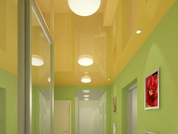Желтый глянцевый потолок в прихожей