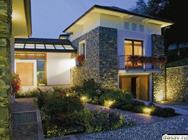 Подсветка дома, в результате видим светлый дворик частного дома