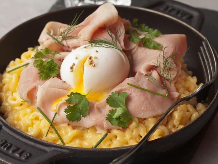 Découvrez la recette Coquillettes au fromage, jambon blanc et oeuf mollet sur cuisineactuelle.fr.