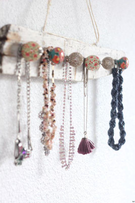 DIY porte bijoux avec une vieille planche de bois et des poignées de tiroir