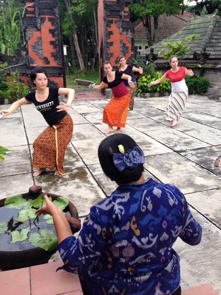 Balinese dance at Hindu temple