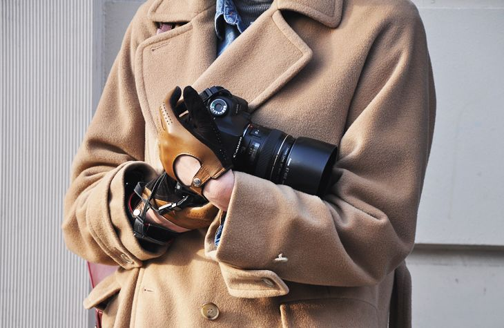 Are you kidding me?  His gloves... oh my, and of course, this photographer is sporting a cool camel wool coat.  Why wouldn't he?