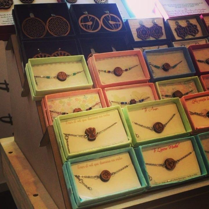 Algunos productos disponibles!  Encuéntranos hasta el domingo 5 de Junio en el sector Aires de:  Mall Plaza Vespucio - frente a Foster  Mall Plaza Egaña - frente a Falabella #expo #altorrelieve #calidad #popup #diseñochileno #vistelacalle #vistetuplaza #mallplaza #egaña #vespucio #laflorida #ñuñoa #aires #diseño #chile #etsy #earrings #aros #collares #anillos #aceroquirurgico #rauli #madera #reciclaje #gracias