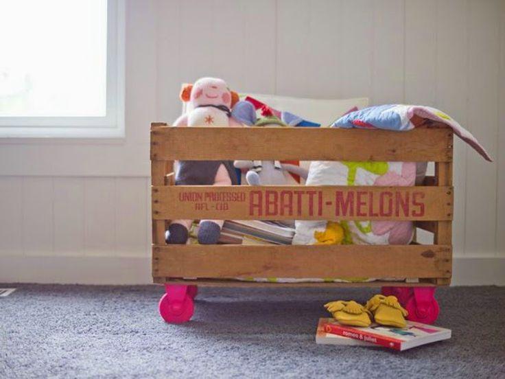 Cesta per i giocattoli creata con le cassette di frutta