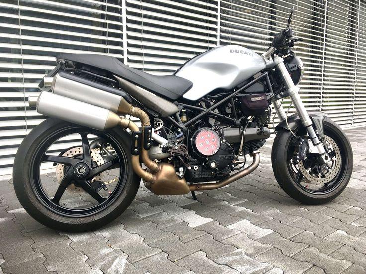 Seit langem bin ich auf der Suche nach einer gut erhaltenen S2R1000 bei der es sich lohnt Hand anzulegen. Nachdem sich die passende Gelegenheit ergeben hat, ist es Schlag auf Schlag gegangen bis das Monsterlein einen passablen Eindruck gemacht hat.   #Ducati Heckumbau LED #Ducati Monster S2R 1000 Umbau #Ducati Monster Umbau #Ducati Umbau