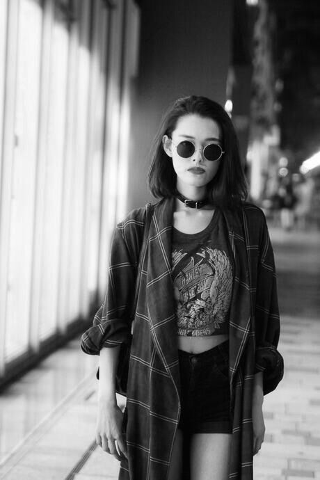 Neo grunge: crop tee, cutoffs, plaid shirt and round sunnies.