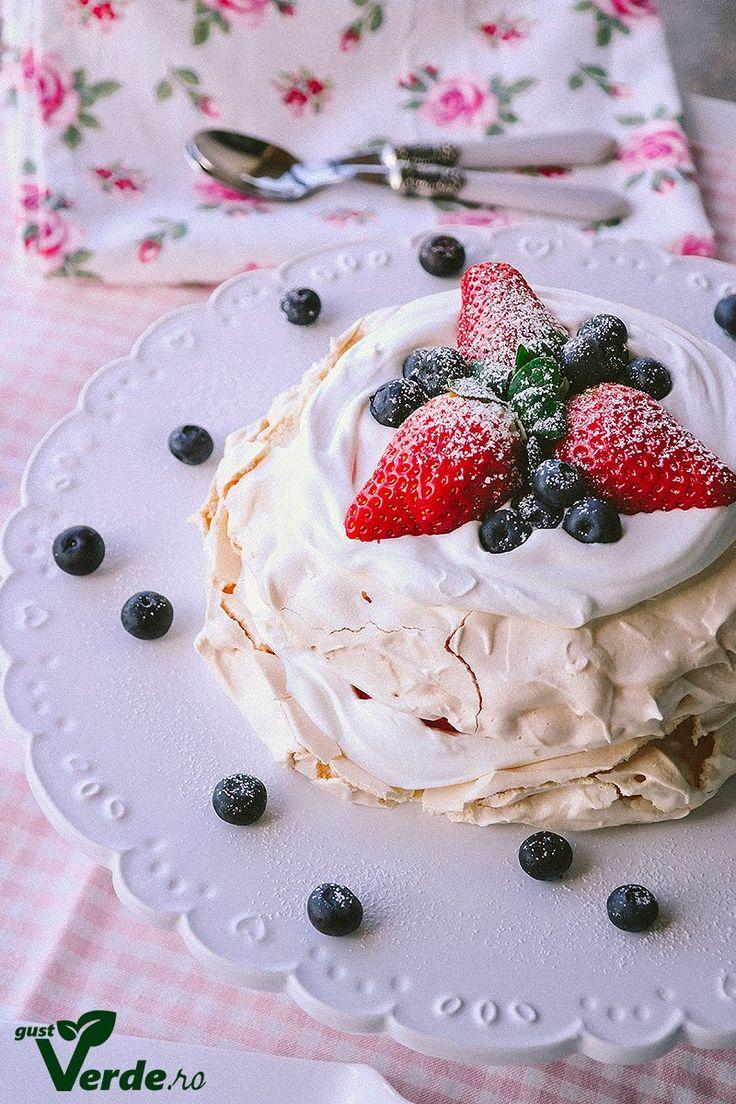 Gust Verde: Tort de bezea cu crema de mascarpone si capsuni.