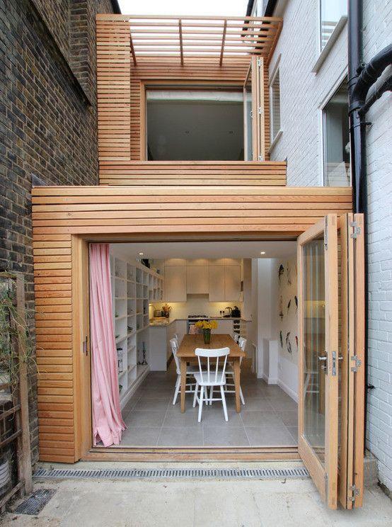 확장된 틈새공간이 돋보이는 모던 하우스 : 모던스타일 주택 by Affleck Property Services