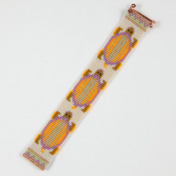 Questo braccialetto lenta parata tartarughe perlina Loom è un pezzo speciale che comprende 24 k oro infuso perline. Come con tutti i miei pezzi, ho
