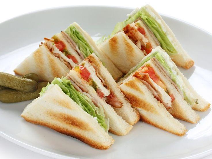 Il clubhouse sandwich è il tipico panino anglosassone, caratterizzato da diversi strati al suo interno e solitamente molto amato da tutti