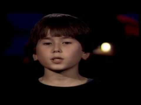 Het Kinderen voor Kinderen koor zingt 'Als de lichtjes doven'. Muziek: Frans Ehlhart / Willem Wilmink Solisten: Lara Brusse, Mascha Pistoor & Raymond Rijnders
