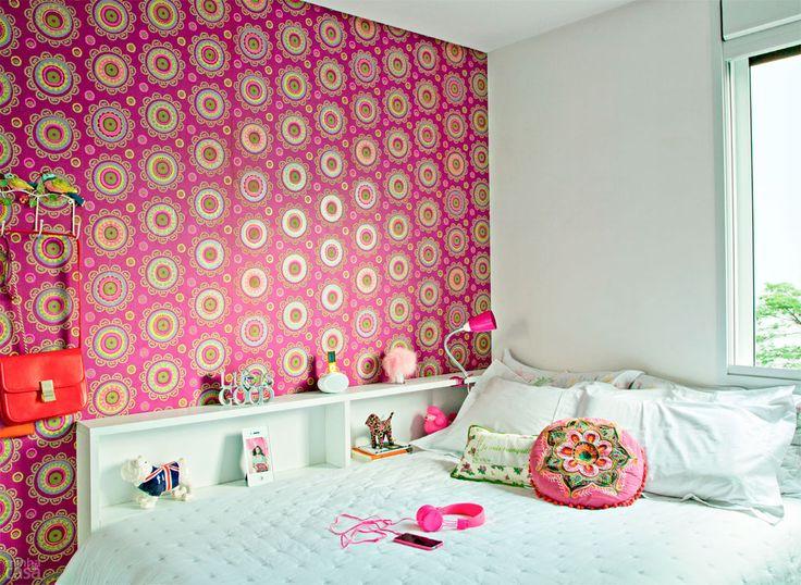 02-quarto-de-blogueira-ganha-charme-com-papel-de-parede-estampado