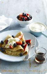Wholemeal pancakes with berries and yoghurt