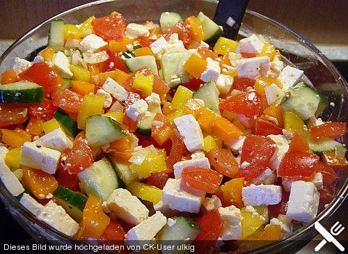 Zutaten 750 g Tomate(n) 1  Salatgurke(n) 1  Paprikaschote(n), rote 1  Paprikaschote(n), gelbe 1 Bund Frühlingszwiebel(n) 250 g Schafskäse, griechischer, frischer (alternativ auch abgepackt, z.B. Patros)   Olivenöl, extra vergine   Salz   Pfeffer, bunter