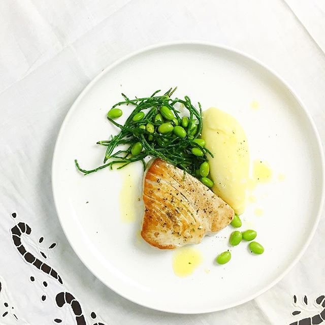 Panfried #tuna w/ mash potatoes, buttered #samphire & #edamame.  Easy like a bright summer day ☀️