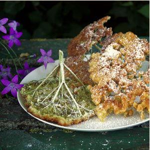 Dieses Rezept für gebackene Holunderblüten ist ein altes Familienrezept. Die Holunderdolden werden durch Bierteig gezogen und in Butterschmalz gebacken.