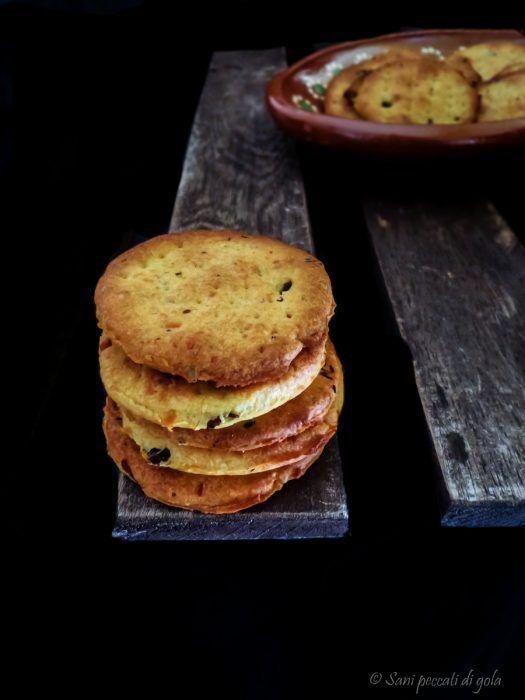 Crackers ai capperi e parmigiano reggiano  senza lievito