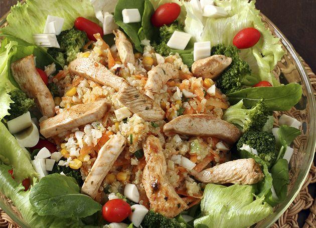Uma salada caprichada, com mix de sabores, é sempre bem-vinda nas refeições, principalmente nos dias quentes. - Veja mais em: http://www.vilamulher.com.br/receitas/entradas/salada-nutritiva-e-saborosa-690617.html?pinterest-mat
