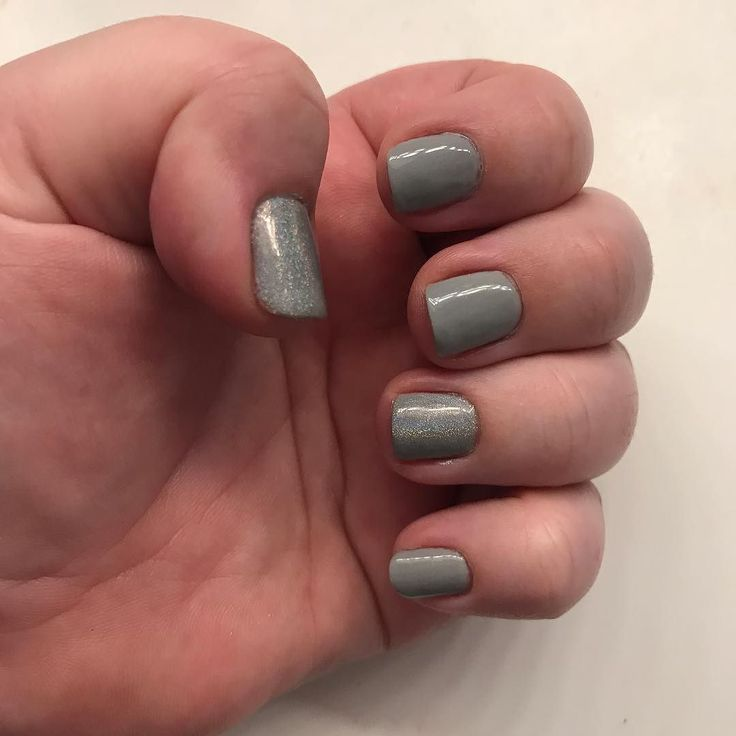 Today is #day9 of #30daysofmakeup and today's colour is #grey ! I couldn't do my makeup today but I managed to paint my nails so I used my grey polish and holographic pigment to match today's theme. I used #bluesky base and top coat the grey is #elite99 polish in NNH005 and the holographic pigment is by #bornpretty #diygelmanicure #diynails #holographicnails #weeklymanicure