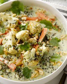 Een heerlijk kruidige vegetarische curry, geiïnspireerd op de Indische keuken. Met bloemkool, linzen en wortel. Een echte groentenboost!