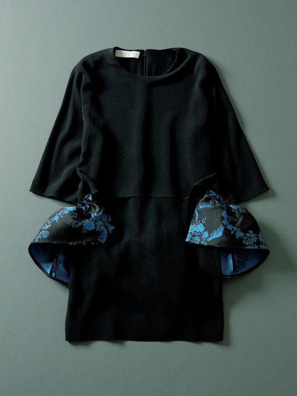 サイドからバックにかけて波打つフレアがドラマティックなペプラムドレス。単色をパッと華麗に見せてくれるはず。落ち感のある素材もエレガント。