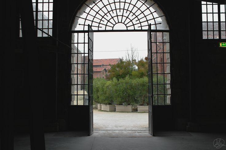 """agq_92 posted a photo:  Un viaggio da Architetto, la classica tappa della """"Biennale di Venezia"""" e come guida Italo Calvino.  A Cloe, grande città, le persone che passano per le vie non si conoscono. Al vedersi immaginano mille cose l'uno dell'altro, gli incontri che potrebbero avvenire tra loro, le conversazioni, le sorprese, le carezze, i morsi. Ma nessuno saluta nessuno, gli sguardi s'incrociano per un secondo e poi sfuggono, cercando altri sguardi, non si fermano.  Passa una ragazza che…"""