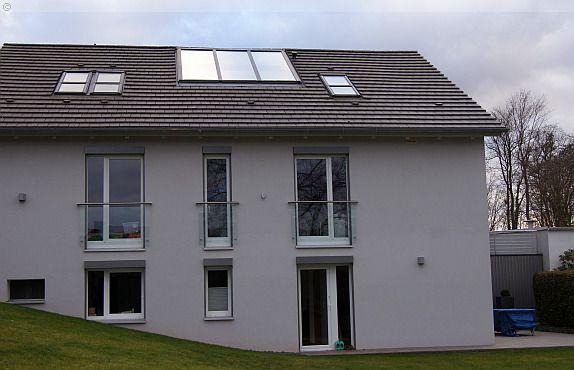 Diese Festverglasung im Dachfirst ist flächenbünig mit der Ziegelebene eingebaut. Sie besteht aus Holz und Aluminium und ist mit einer hochwärmedämmenden Dreifachverglasung ausgestattet.