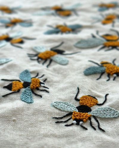 19 Bee  by yumikohiguchi.blogEmbroidered Bees, Yumikohiguchi, Bees Fabrics, Yumiko Higuchi, Bees Embroidery, Bees Textiles, Beautiful Bees, Embroidery Inspiration, Bees Buzz