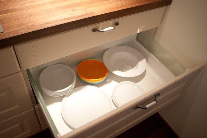 Jasna i ciepła kuchnia połączona z jadalnią. Projekt i wykonanie: Studio93 || #kitchen #meblekuchenne #kuchnie #meble || Więcej kuchni na http://www.studio93.pl/pl/pl/meble-kuchenne/1,23,6