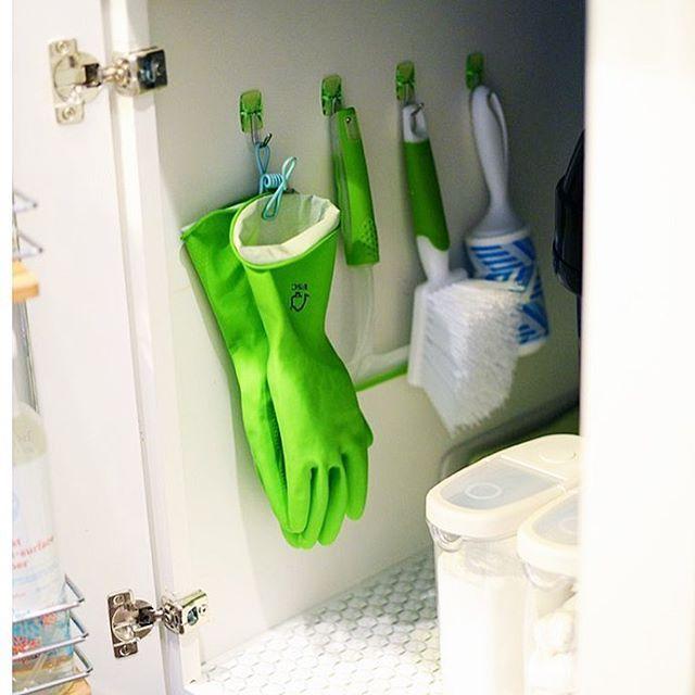 Ganchitos multiuso, los encontras en todos los supers y ferreterías! Más fácil de aplicar el tip de hoy imposible!  Aprovecha el lado interno de las puertas!! ▫️Úsalos en el baño, del lado interno de la puerta del roperito. Colga peines, espejo, secador, planchita etc. ▫️Al lado de la puerta de servicio para colgar llaves. ▫️En la cocina para cucharones y otros utensilios. ▫️Hay más grandes ideales para el lavadero, colga la escoba, escurridor y trapos. : : #facil #orden #ordem #organized…