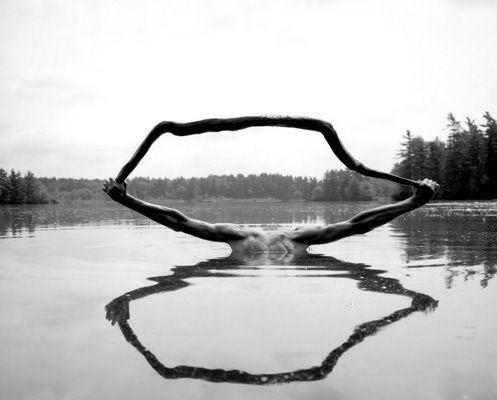 Les autoportraits en noir et blanc d'Arno Rafael Minkkinen                                                                                                                                                                                 Plus