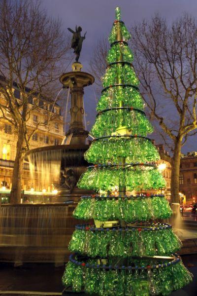 Albero di Natale dal riciclo delle bottiglie di plastica a Parigi nel 2009