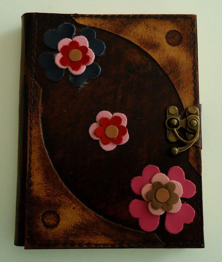 """""""Diario Primavera""""  Diario de diseño único, color café con flores en variedad de colores, hecho completamente a mano con piel genuina de la más alta calidad."""