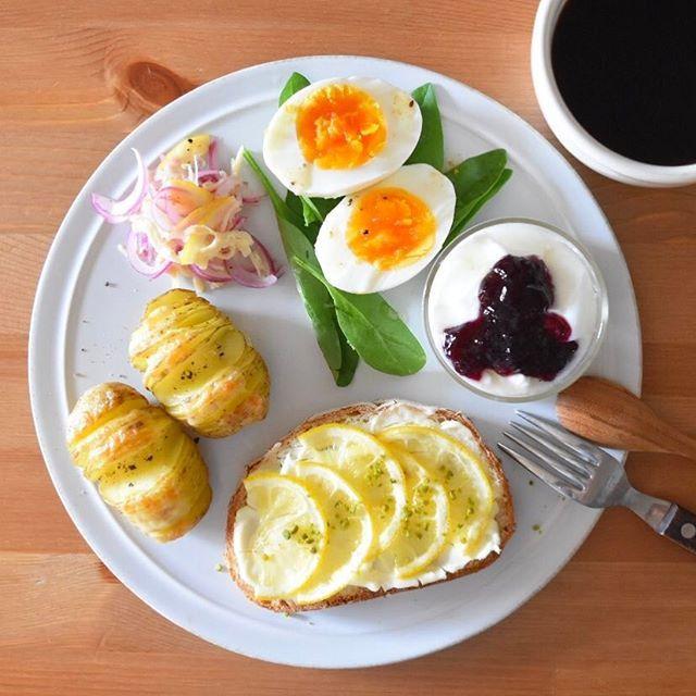 keiyamazaki on Instagram pinned by myThings Today's breakfast. はちみつレモンクリームチーズトースト、ハッセルバックポテト、ささみのレモンマリネ、卵とサラダほうれん草、ヨーグルト。 娘が最近映画『世界の果ての通学路』にハマっていて、今朝も起きてくるなり「見る!」と。さすがに2歳には早過ぎないか…?!と思ったけど、「おててでごはん食べてるね!」「お馬乗ってるね!」ととにかく映画内の全てが気になるよう。違う世界に興味を持ってくれるのは嬉しいこと。 映画でケニアの兄妹が歌う曲、サントラでは「Chanson de Jackson」ってタイトルなんだけど、これ東アフリカの方ではよく知られているスワヒリ語の「yesu ni wangu」って歌。これがまた映画の中で良いんだよな〜。