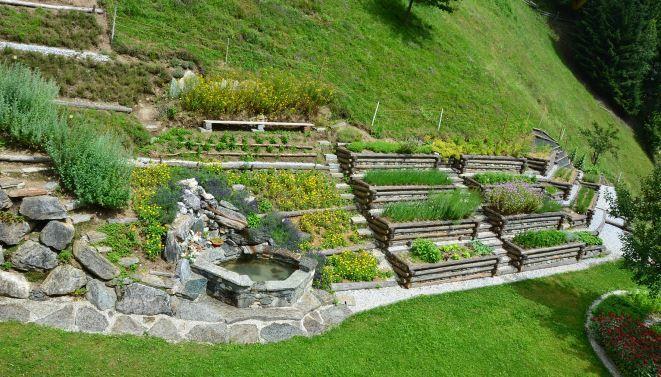 Bauerngarten Am Hang Google Suche Garten Bauerngarten