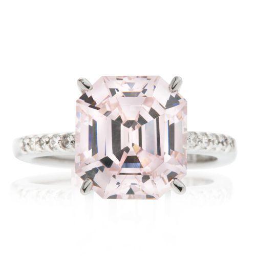 Diamonique, anello solitario in argento 925 placcato rodio. Ècomposto da un diamonique rosa ottagonale con gambo impreziosito da un pavé di diamoniqueai lati. Un'espressione di femminilità.