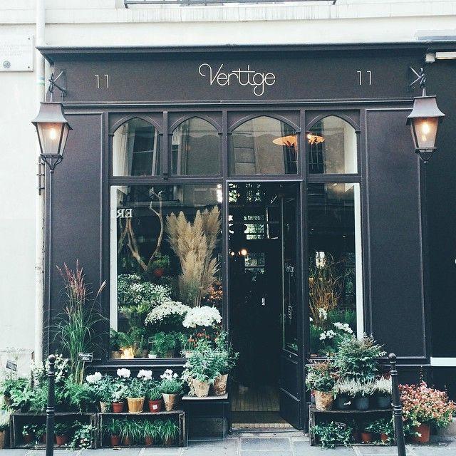 Красивый маленький цветочный магазин в квартале Марэ
