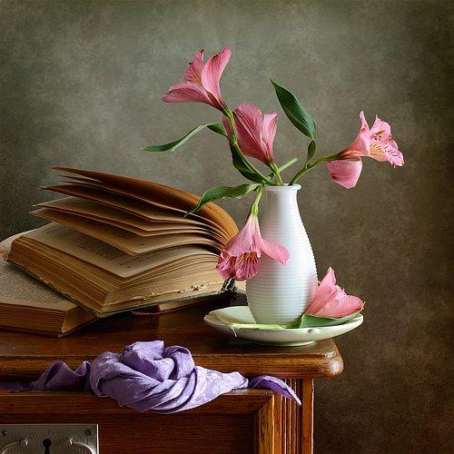 Розовые цветы http://store.35photo.ru/buy/?oId=10476&id-print=0 Классический натюрморт с букетом мелких розовых цветов в белой вазе, старой открытой книги и фиолетовой драпировкой в интерьере спальни
