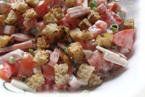 Салат с помидором, копченым сыром и сухариками